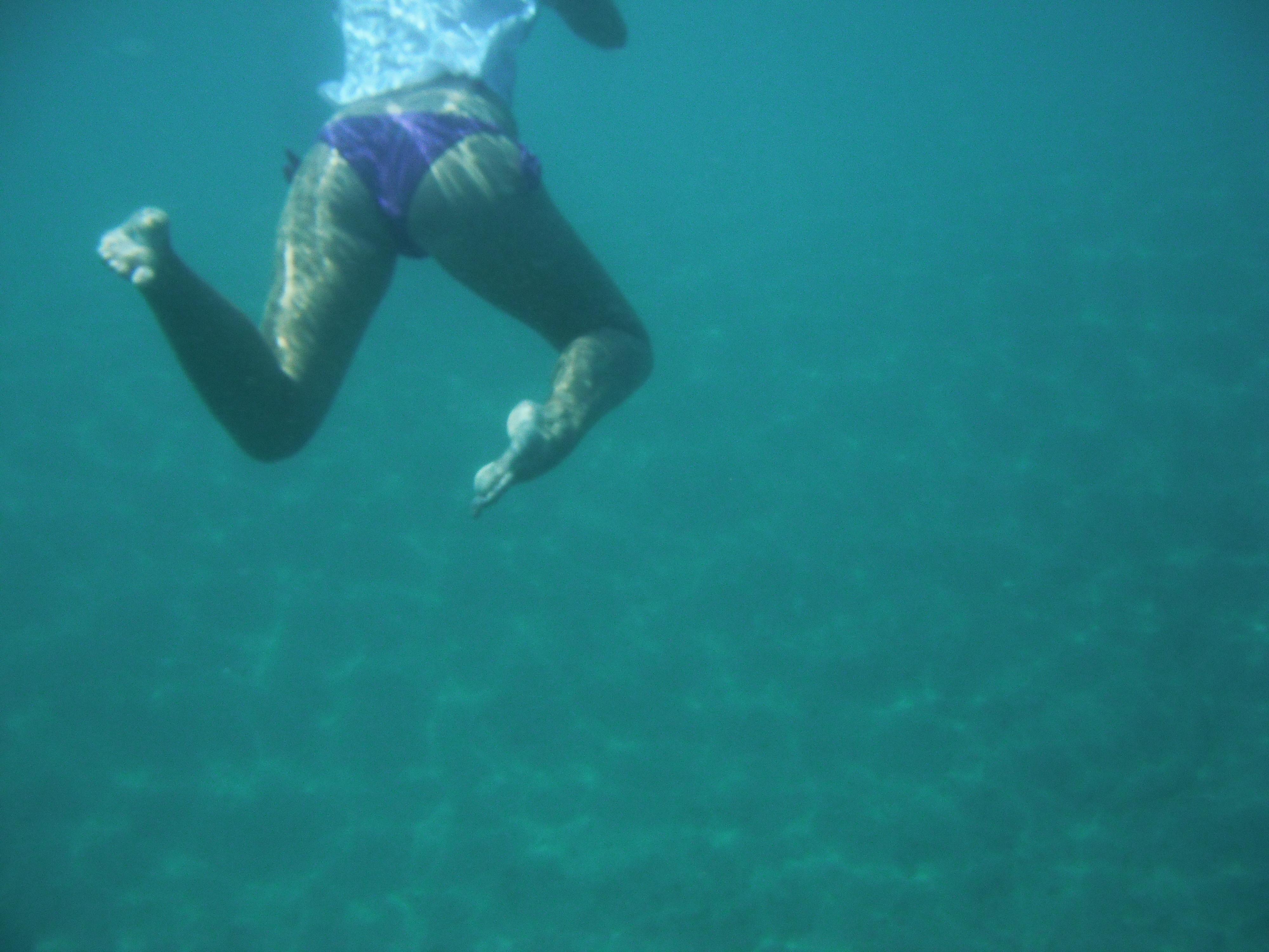 Дайвер снимает купающихся в Египте баб, у одной сползли трусы
