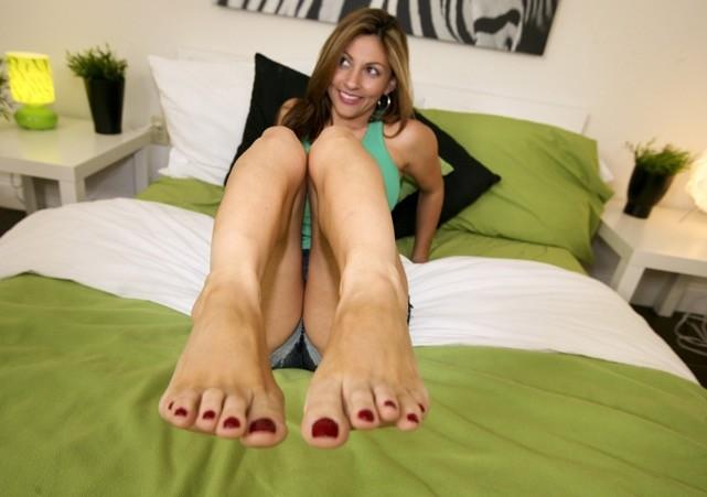 Сиськи и пальцы ног колумбийской женщины крупным планом