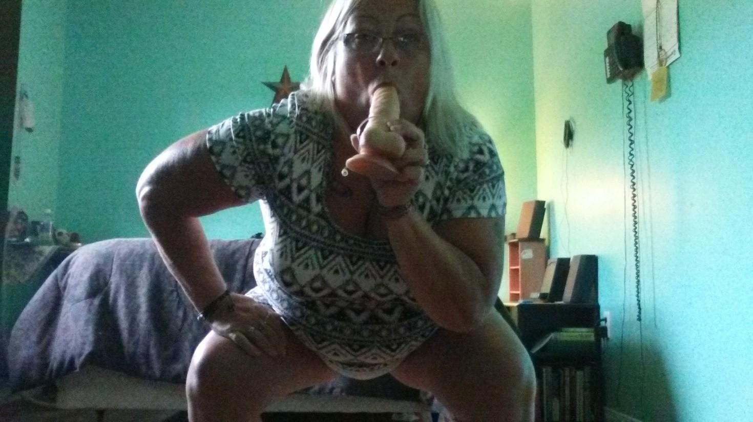 Пожилая блядь из Канады в поисках полового партнера