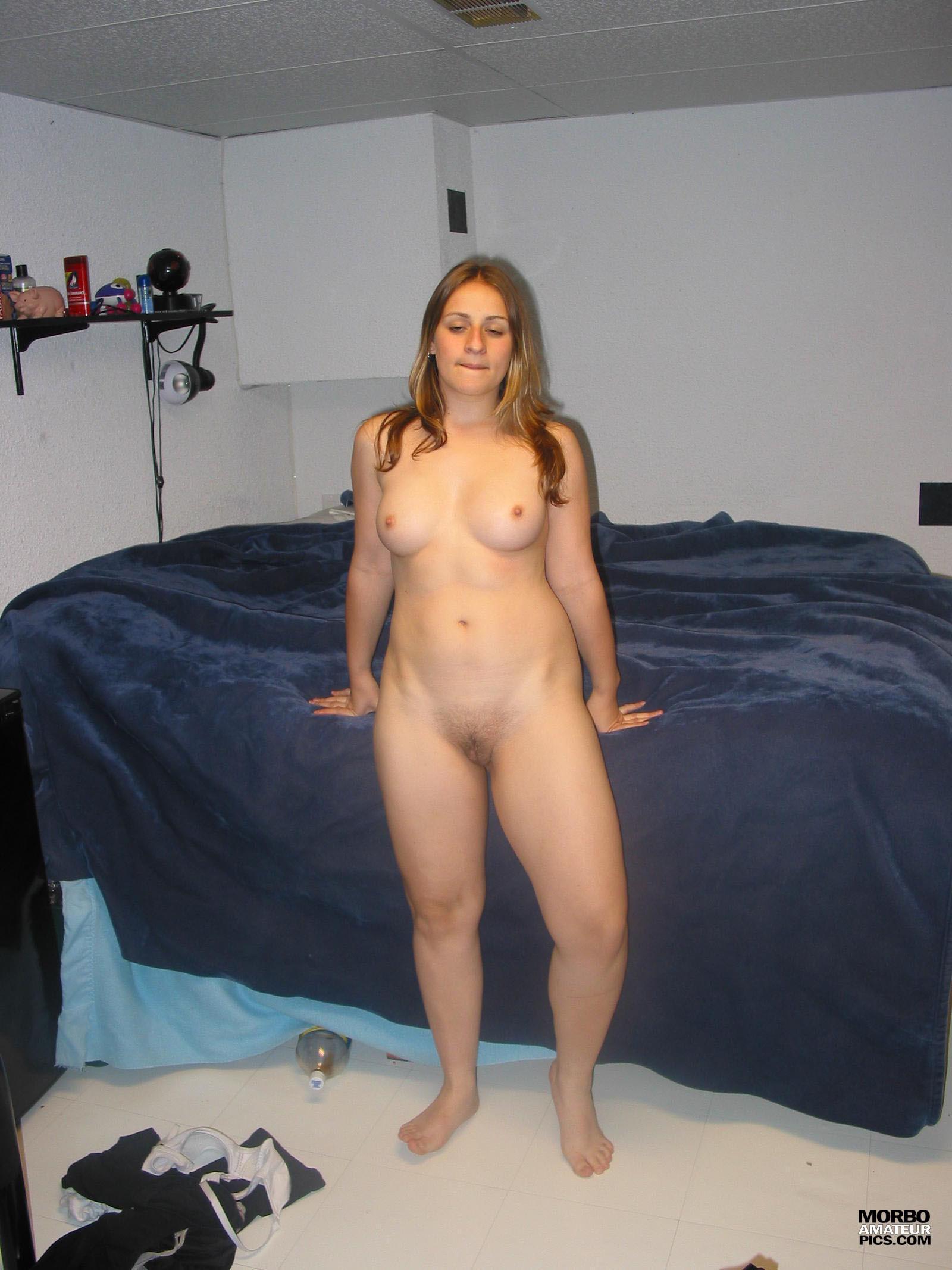Слегка пухлая девушка из Аргентины нежно сосет член