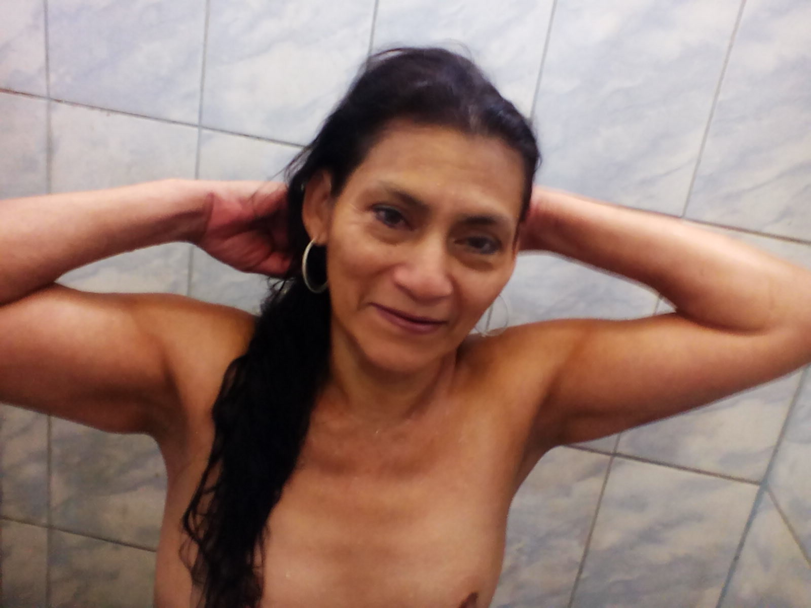 Тощий зад пожилой перуанской женщины