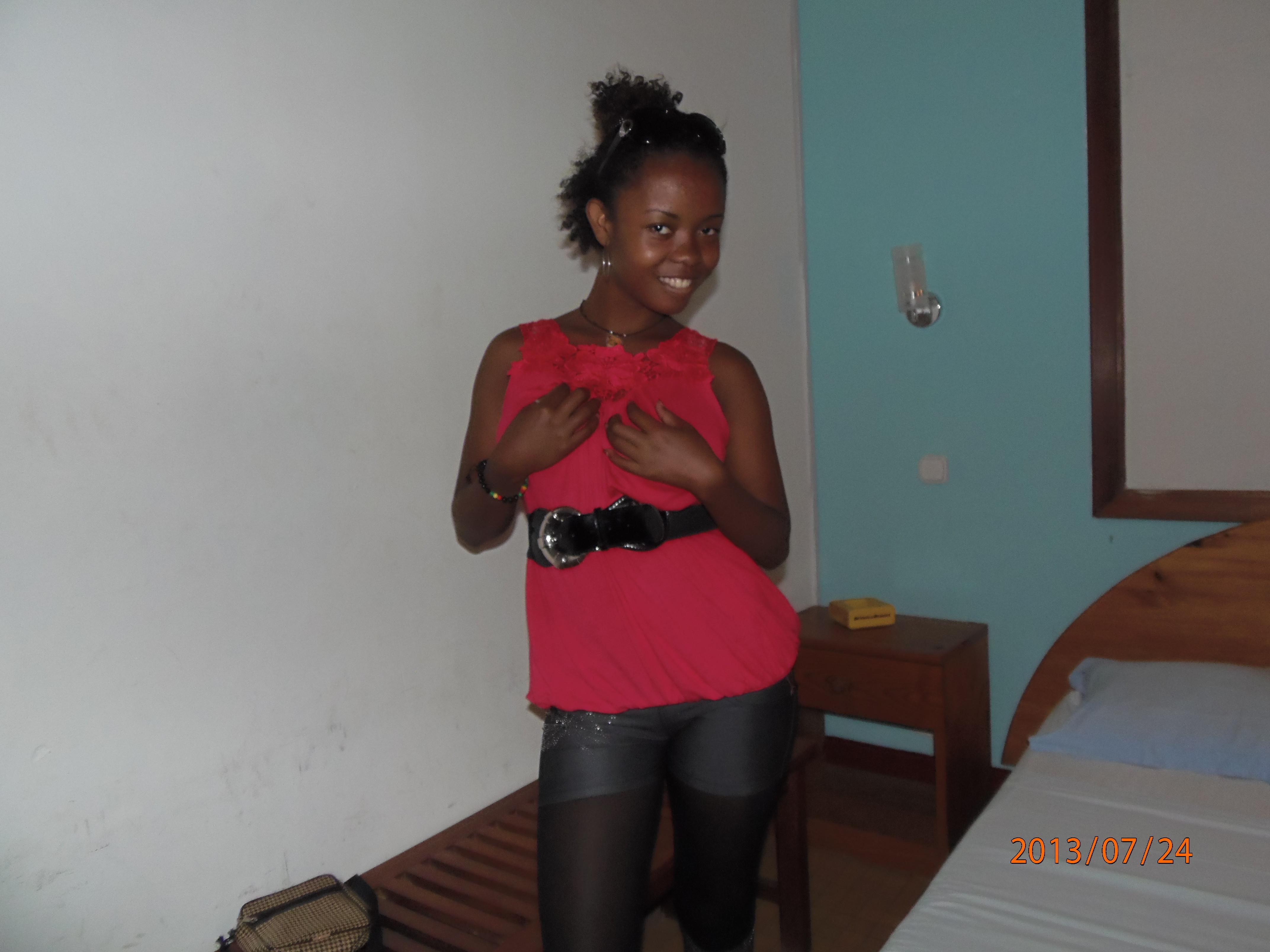 Мадагаскарская проститутка делает минет в отеле белому туристу