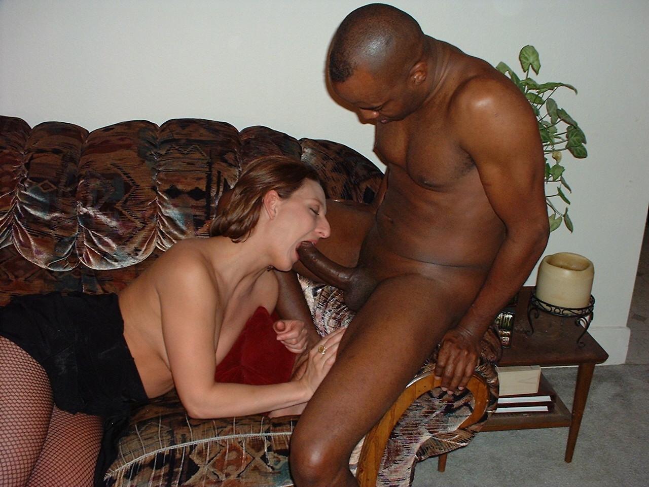 Споили жена с негром в кровати при муже