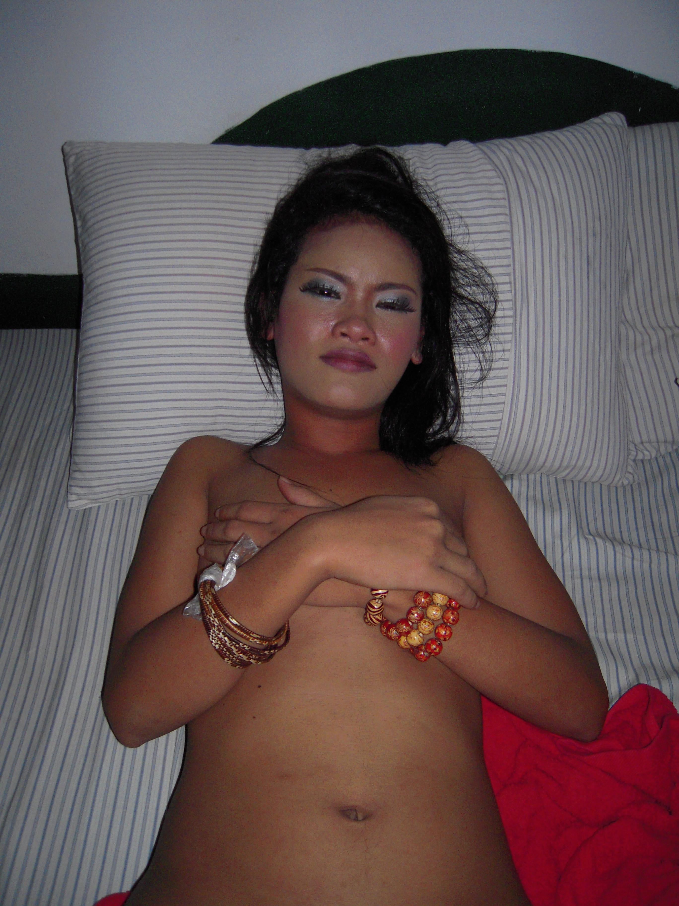 Камбоджийская барная проститутка с белым туристом