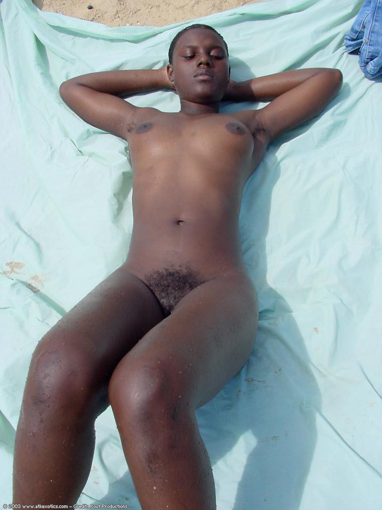 Гаитянка мочит волосатую пизду