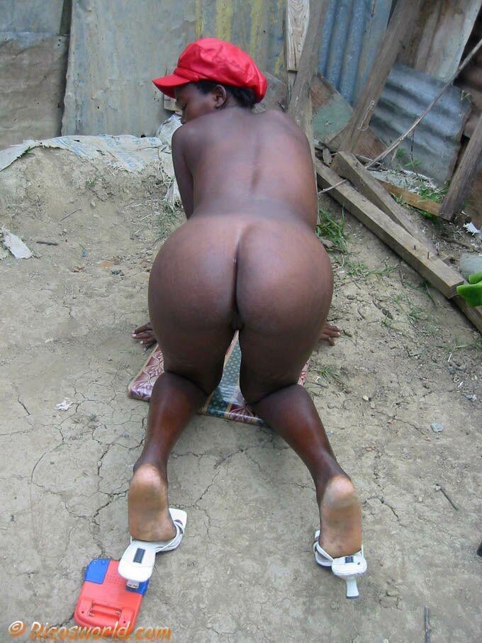 Бедная гаитянская мамочка оголяется за деньги в подворотне