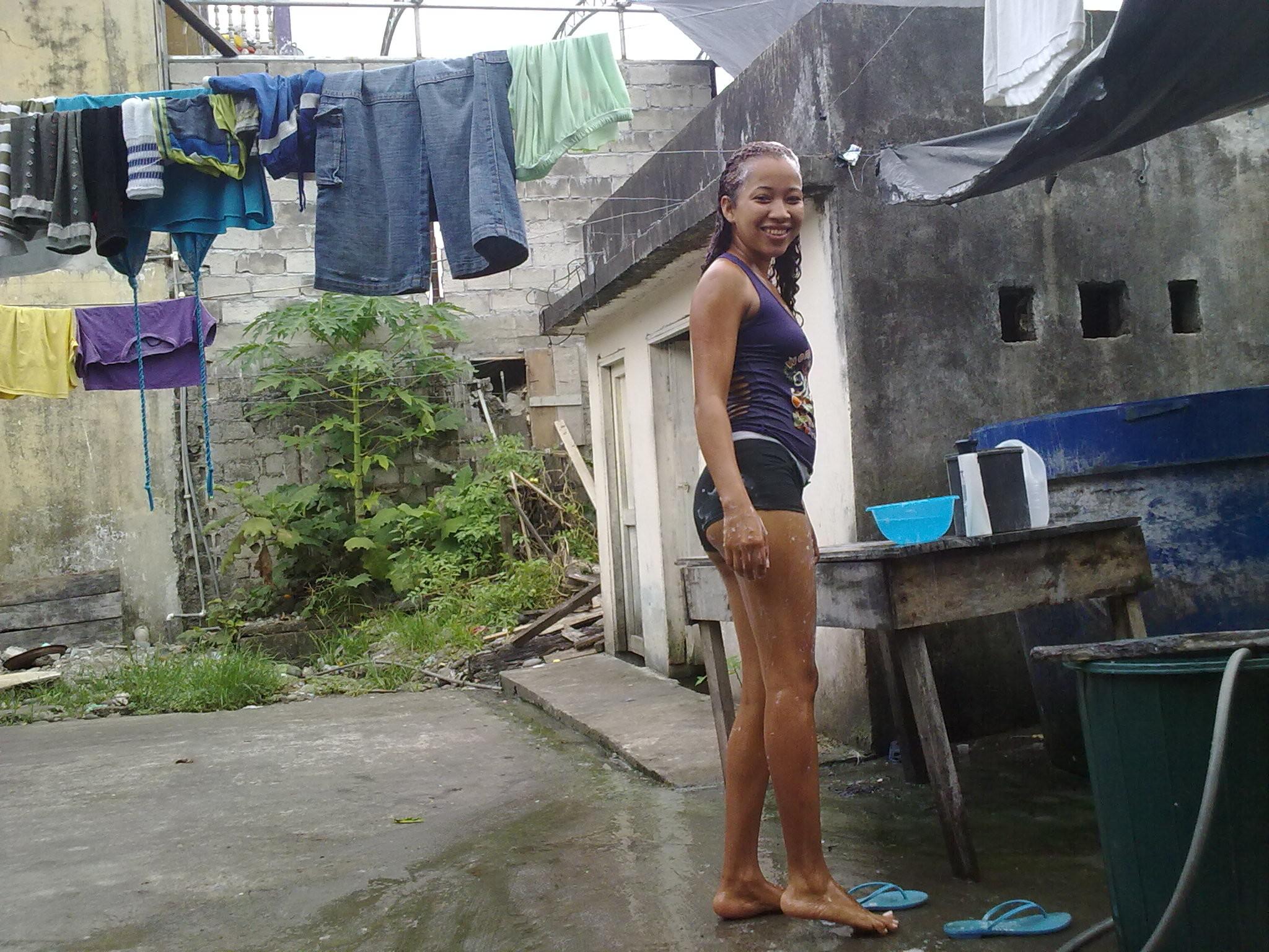 Проститутка из Эквадора сполоснула пизду водой из тазика