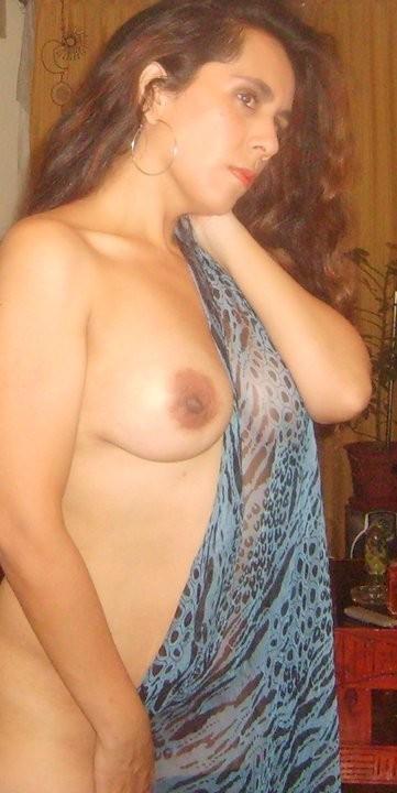 Сладкая женщина из Чили поглаживает себя между ног