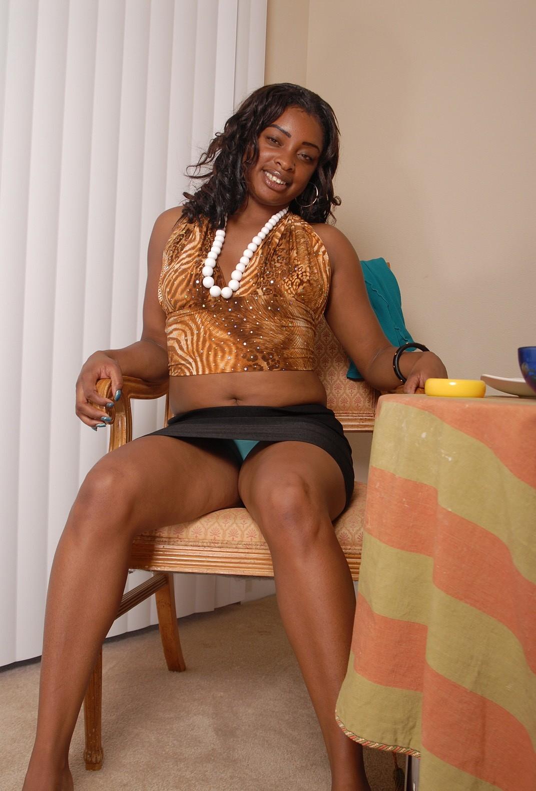 Милфа из Ганы показывает анус и гладит себя между ног