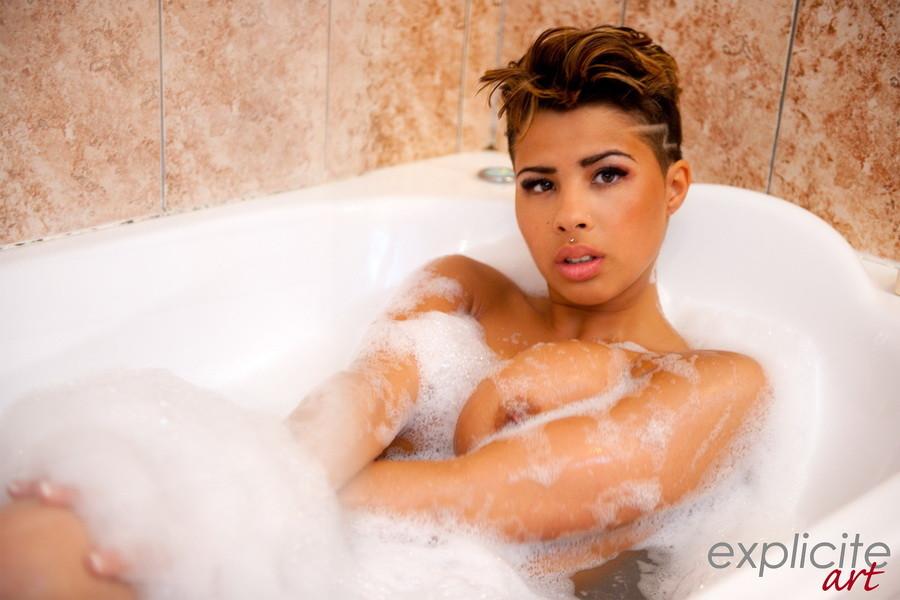 Марокканка Палома в пенной ванной