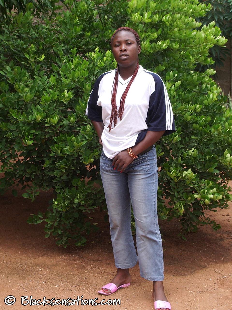 Нигерийка Ашанти обнажается под деревом