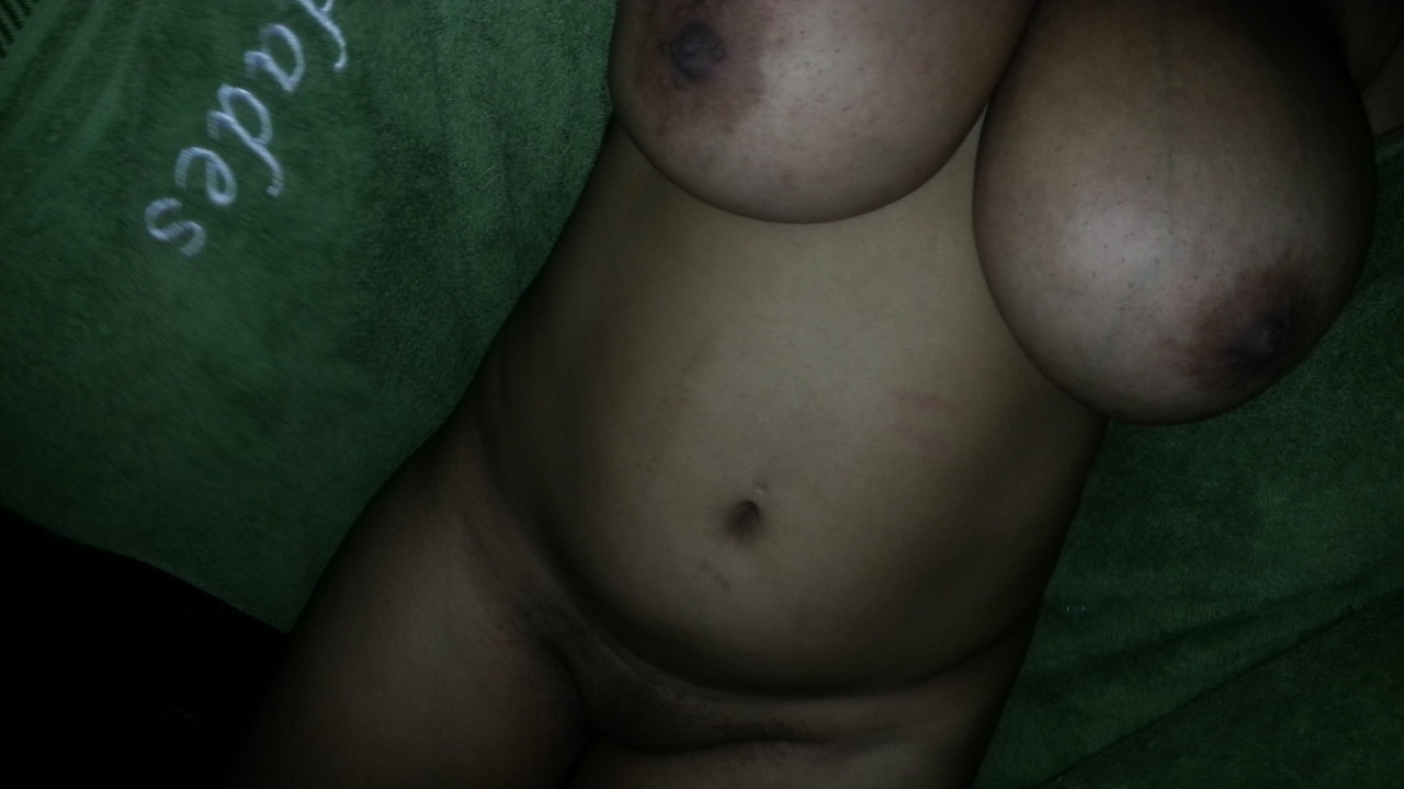 Сисястая баба из Сальвадора мастурбирует писю после душа
