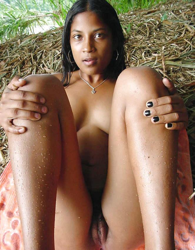 Красавица из Тринидада показывает гениталии в лесу