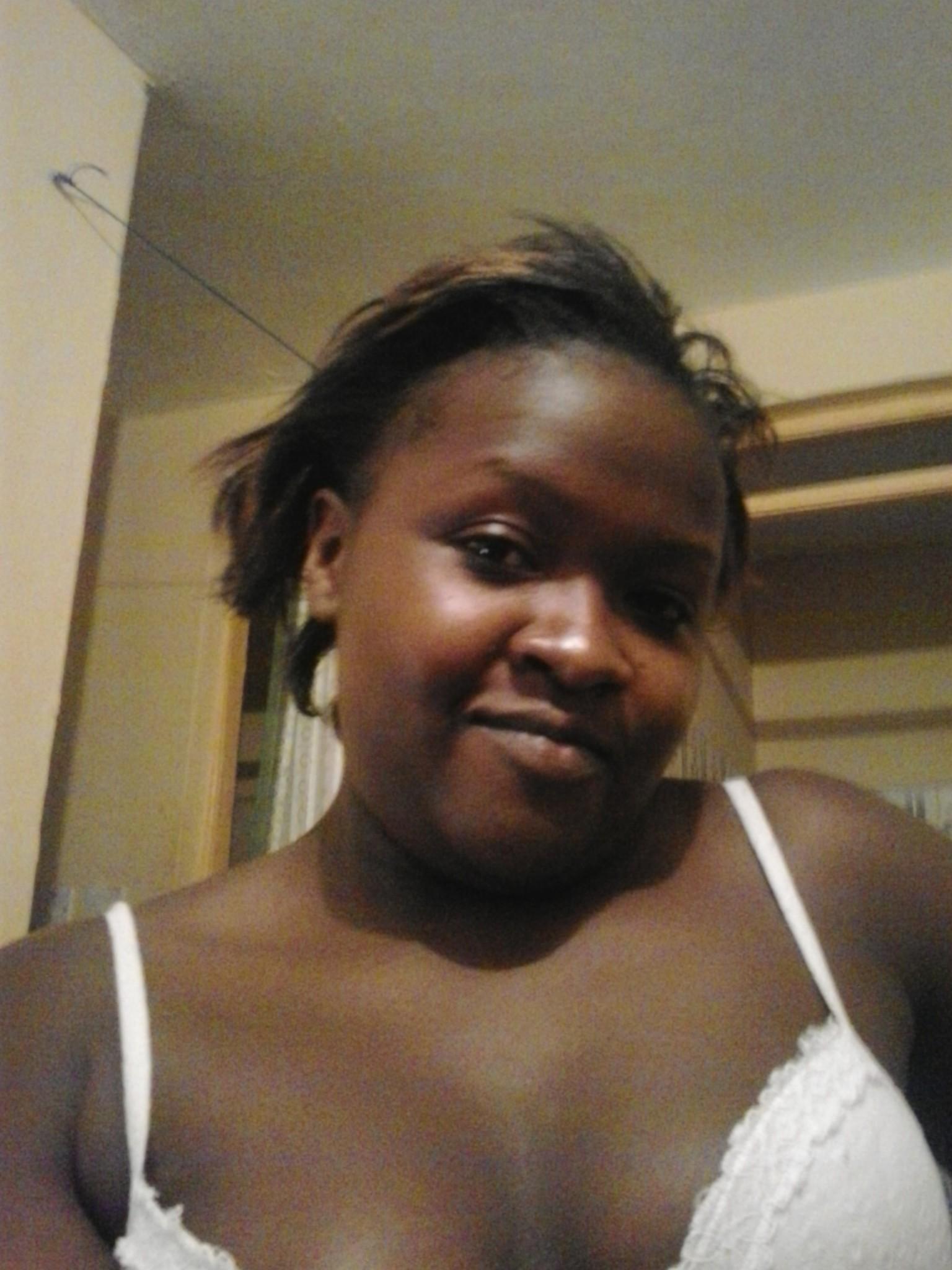 Обнаженная кенийская домохозяйка с широкими бедрами