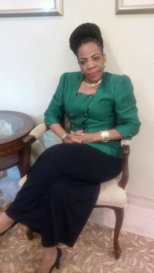 Волосатая пизда пожилой гаитянской учительницы