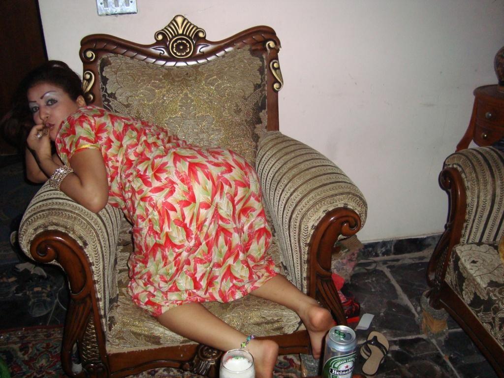 Марокканка в трусах и в халате