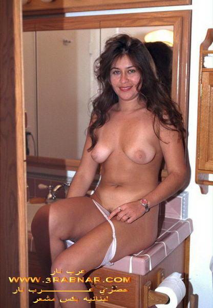 Голая телочка из Ливана принимает душ