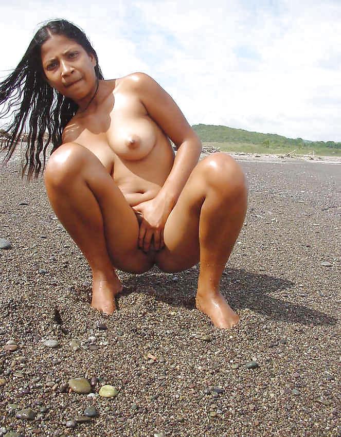 Телка из Тринидада на берегу гуляет голая