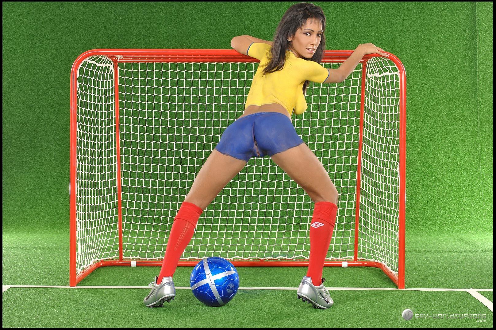 Полуголая эквадорская футболистка