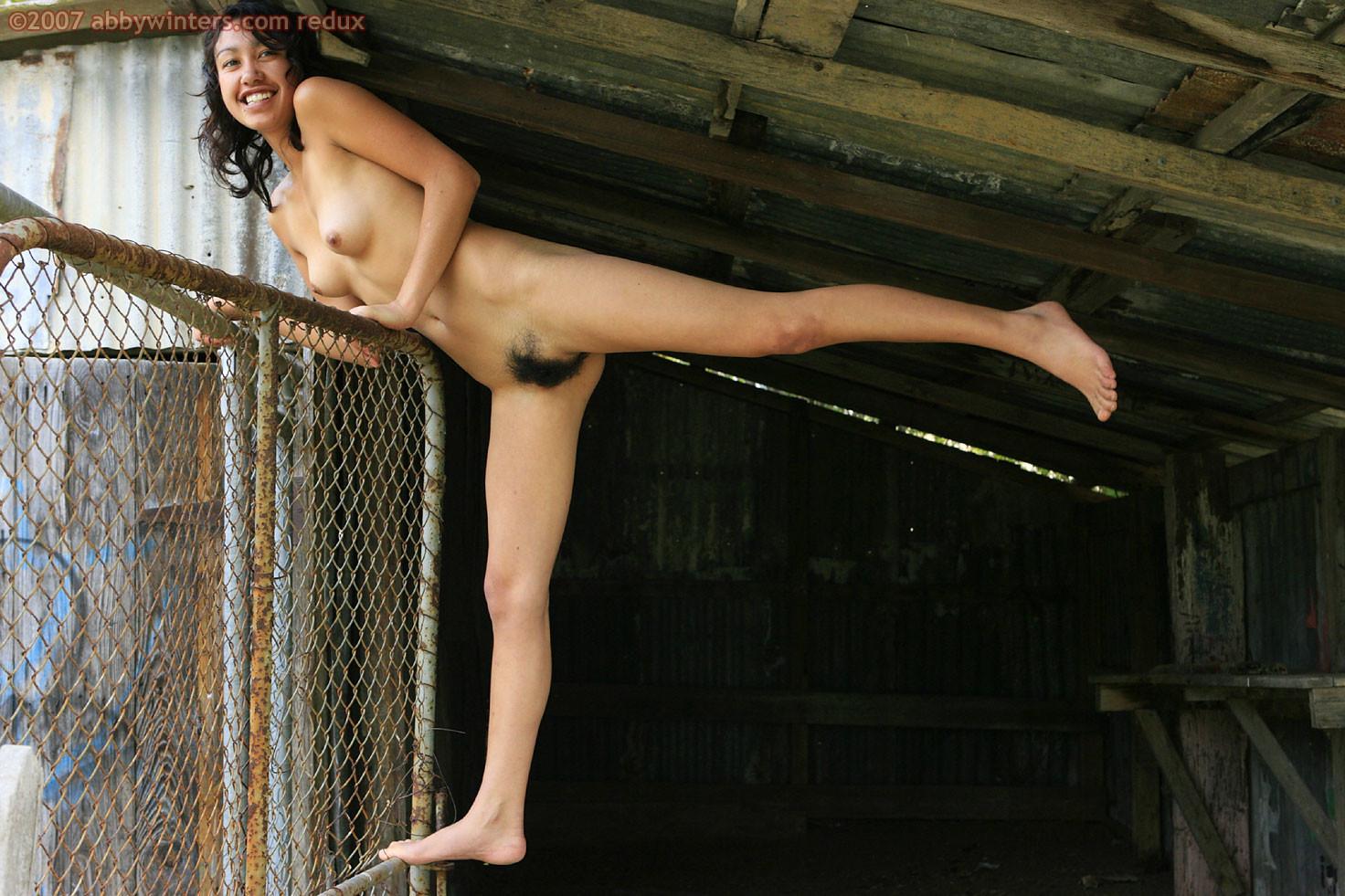 Небольшая грудь и волосатая пизда девушки из Новой Зеландии