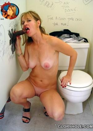 Зрелая Tabitha просто пососала в туалете