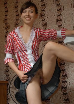 Милая девушка показала красивую киску под юбкой и незамедлительно была трахнута