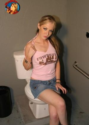 Haley Scott сладко пососала черный пенис в туалете