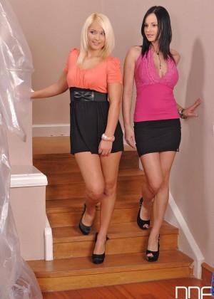 Две гламурные сучки в коротких юбках подрочили и пососали строителю