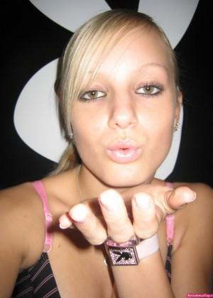 Молодая немка Дженни показывает сиськи в ванной
