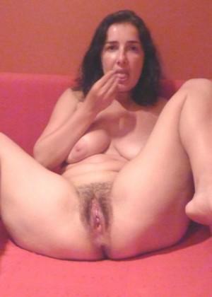 Зрелая француженка Карин раздвигает волосатую пизду