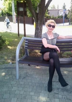 Зрелая полячка Моника любит носить колготки