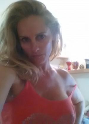 Сексуальная венгерская милфа позирует дома обнаженной