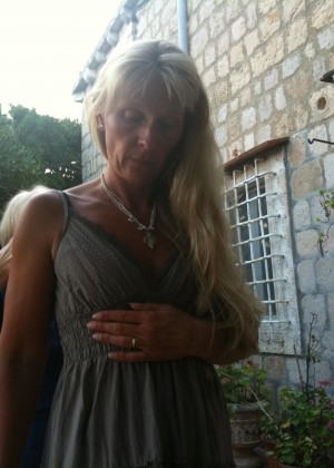 Пожилая шведка показывает вагину