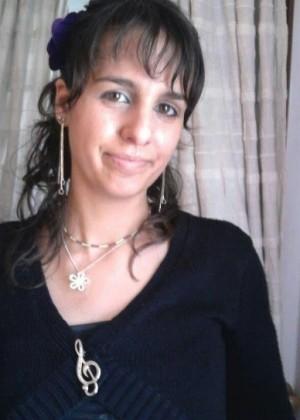 Голая португальская женщина на кровати и в ванной