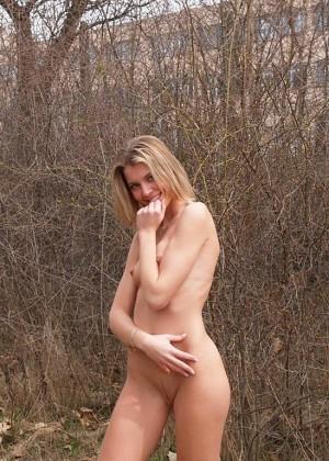 Стройная голая австрийка в лесу
