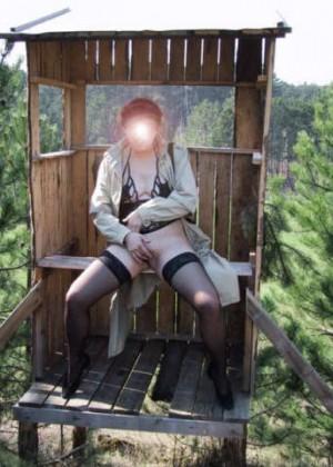 Австрийка делает клизму на природе