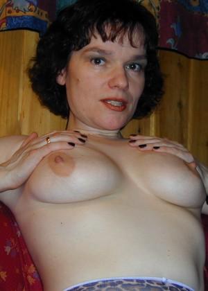 Зрелая женщина из Норвегии показывает грудь и влажную вагину