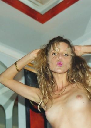 Одев сексуальные чулки женщина из Швейцарии показывает волосатую пизду