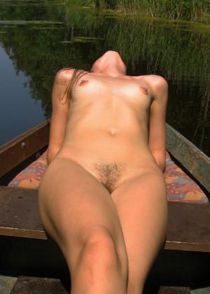 Голая пизда и маленькая грудь литовки