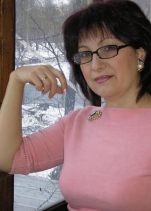Зрелая эстонка обнажается и мастурбирует дилдом