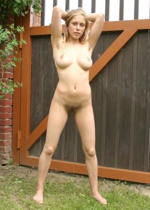 Молодая латышка с волосатой пиздой ссыт во дворе