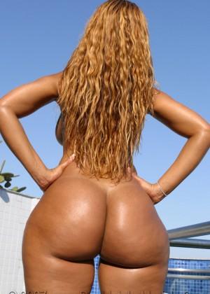 Шикарное голое тело бразильянки Луаны Алвес (к счастью это не транс!)