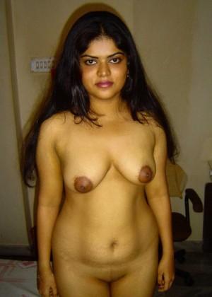 Индийская жена раздвинула ноги оголив странную пизду