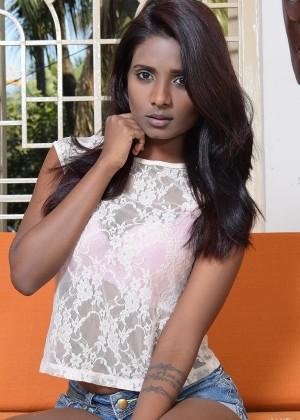 Индийская красавица показывает розовую щель