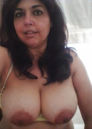 Милая мексиканская женщина оголила грудь и взяла хуй в рот