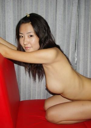 Худая китаянка раздвигает длинные ножки