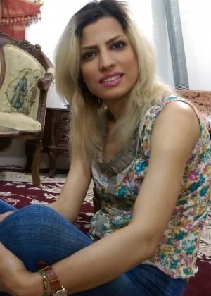 Иранская красавица сосет член