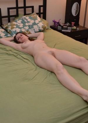 Стройная зрелая канадка Дженн широко раздвигает ноги