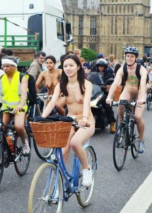 Голая девушка из Тайваня катается на велосипеде