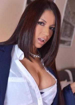 Двое мужчин ебут грудастую порно модель из Венесуэлы Сюзану Алкала